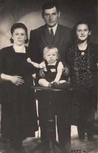 Celestyna Dobrzańska z bratem i rodzicami