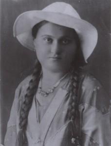 Maria Dobrzańska w kapeluszu